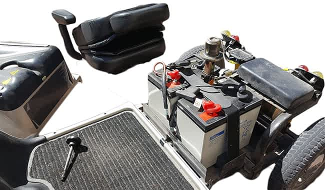 Vue des batteries AGM 35 Ah dans le caisson de batterie sous le siège d'un scooter électrique pour personne handicapée