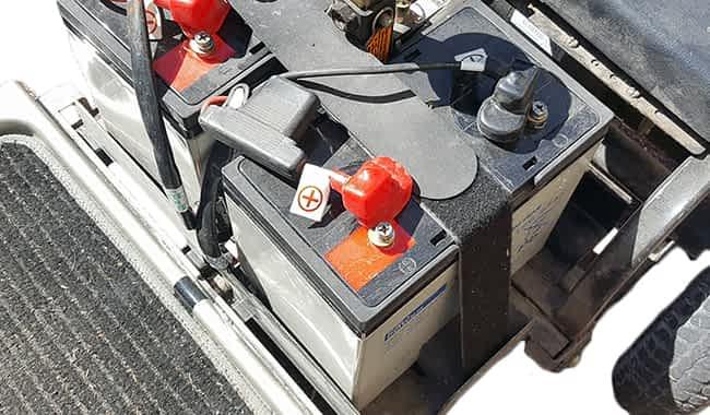 Scooter électrique pour personne à mobilité réduite avec la batterie AGM 79 Ah fixée par une cale en mousse et la connexion de la batterie à boulonner