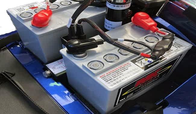Batteries GEL 32 Ah dans l'espace de batterie et moteur d'un scooter électrique pour personne à mobilité réduite