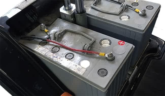 Scooter électrique pour personne handicapée & de mobilité réduite avec la batterie MK GEL 98 Ah et la connexion de la batterie