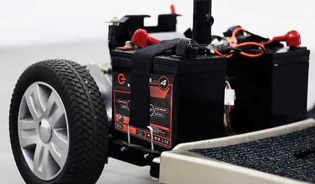 Scooter électrique pour handicapé avec des batteries LiFePO4 42 Ah installées dans le compartiment de batterie