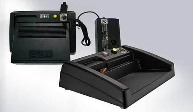 Batterie lithium dans le socle de station d'accueil connecté au chargeur du scooter pliable Luggie
