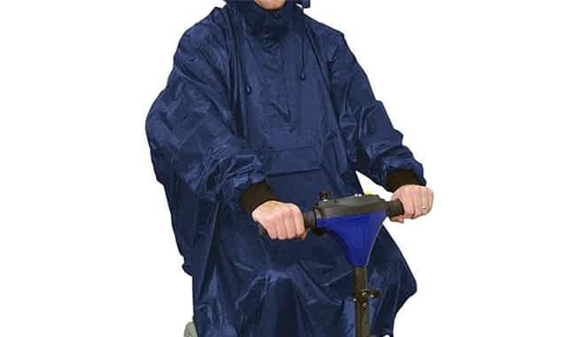 Poncho pour scooter handicapé en détails avec les poignets élastiques, la petite poche devant et la protection de visage