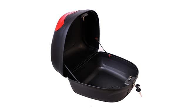 Top-case du scooter pour senior et personne handicapée ouvert avec la clef