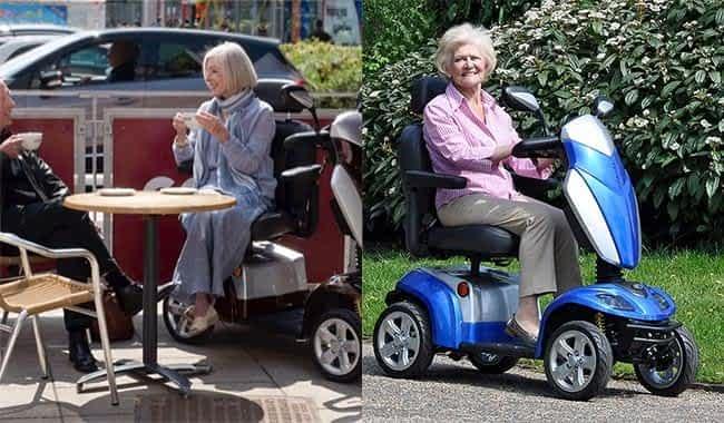 Le scooter électrique 4 roues Kymco Agility devant une table et dans un parc