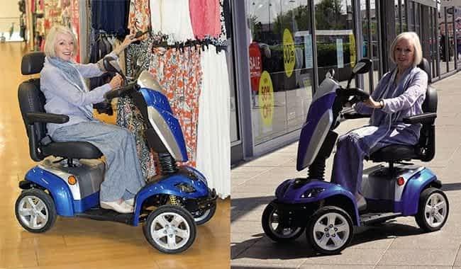 Le scooter électrique à 4 roues Kymco Agility en bleu dans une boutique et sur une rue commerçante