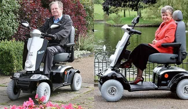 Le scooter électrique pour senior ou personne handicapée Kymco Maxi XLS en noir dans un parc