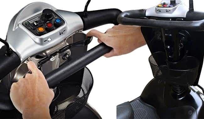 Le guidon ovale ergonomique et le tablier avec le panier du scooter médical Kymco Healthcare Maxi XLS