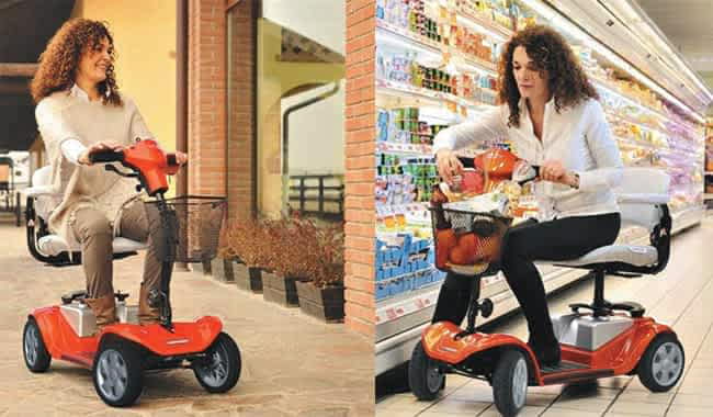 Le scooter pour senior et personne handicapée Kymco Mini LS en mouvement et en arrêt devant le rayon frais d'un supermarché